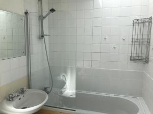 A bathroom at Riverside Basildon Lodge