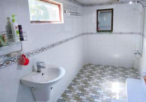 A bathroom at Green Hope Lodge
