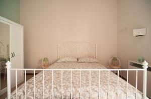 A bed or beds in a room at Bed And Travel Apartment Via Roma 16