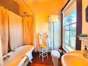 A bathroom at Captain's Inn at Moss Landing