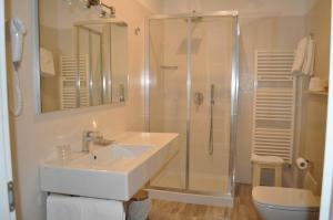 A bathroom at Hotel Boncardo