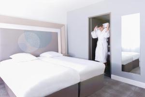 A bed or beds in a room at Novotel Marseille Centre Prado Vélodrome