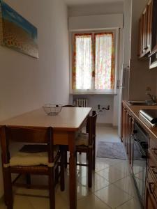 A kitchen or kitchenette at Appartamento Soleluna