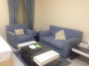 Uma área de estar em Arjaan Altakhassusi Hotel Suites