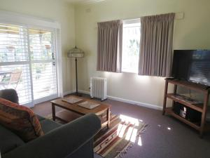 A seating area at Lakes Entrance Waterfront Cottages with King Beds