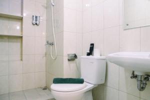 A bathroom at Modern Furnished 3BR at Springlake Summarecon Bekasi Apartment By Travelio