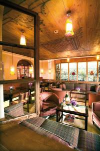 A restaurant or other place to eat at Alpendomizil Neuhaus
