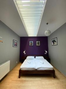 A bed or beds in a room at Central Studios