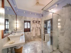 A bathroom at Hotel Rawla Narlai