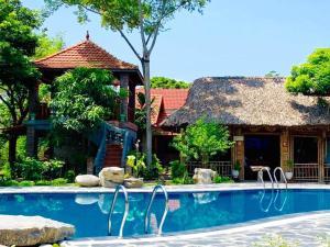 Piscine de l'établissement Dinh Gia Home ou située à proximité