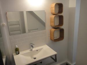 A bathroom at Le petit balcon de Cassis