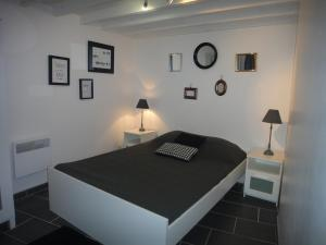A bed or beds in a room at Le petit balcon de Cassis