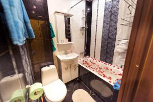 A bathroom at Уютная и светлая квартира в центре