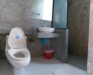 Ein Badezimmer in der Unterkunft Us Samui