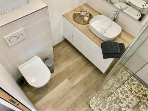 A bathroom at Aux Peupliers de Pradian - Alba
