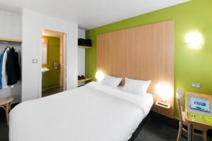 A bed or beds in a room at B&B Hôtel Quimper Nord Douarnenez