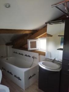 A bathroom at Les Bourdoncles