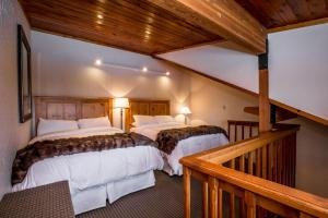 A bed or beds in a room at Kandahar Lodge at Whitefish Mountain Resort