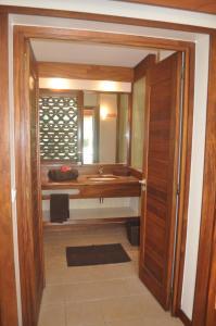 Um banheiro em ROYAL BORA BORA