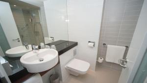 A bathroom at Holiday Inn Express Aberdeen Airport, an IHG Hotel