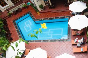 A view of the pool at Hotel Majestic Saigon or nearby