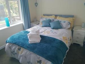 A bed or beds in a room at Wedgewood Annexe - All the comforts of home