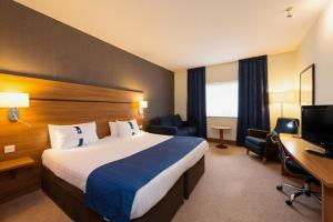 A bed or beds in a room at Holiday Inn Express Shrewsbury, an IHG Hotel