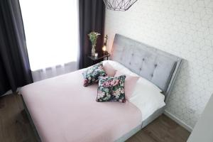 A bed or beds in a room at Vizzit Us Premium Apartments