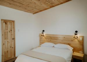 A bed or beds in a room at Atusparia Guest House Huaraz