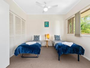 A bed or beds in a room at Hastings Cove Apartments - Tweed Coast Holidays ®