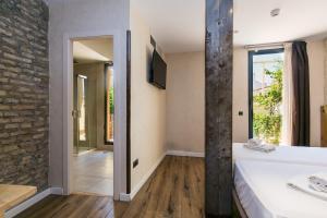 A bathroom at Black Swan Hostel Sevilla