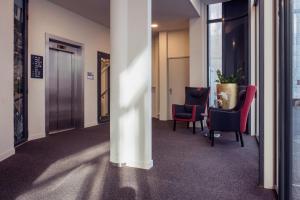 Ein Sitzbereich in der Unterkunft Best Western Plus Plaza Den Haag City Center