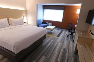 A bed or beds in a room at Holiday Inn Express - Biloxi - Beach Blvd, an IHG Hotel