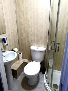 A bathroom at Wanstead Hotel
