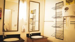 A bathroom at CURIOCITY Backpackers Johannesburg