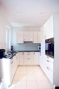 مطبخ أو مطبخ صغير في شقق بريميوم من ليفينغ داونتاون