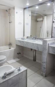 Un baño de Hotel Kennedy