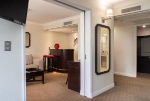 Una televisión o centro de entretenimiento en Hotel Kennedy