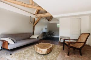 A seating area at La Dime de Giverny - Cottages