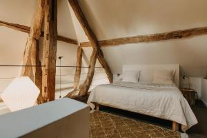 A bed or beds in a room at La Dime de Giverny - Cottages