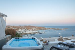 Vue sur la piscine de l'établissement Mykonos Psarou Place ou sur une piscine à proximité
