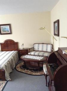 A seating area at Hotel Zum Stresemann