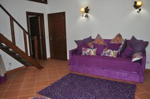 A seating area at Horta Da Vila
