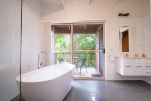 A bathroom at Kondalilla Eco Resort