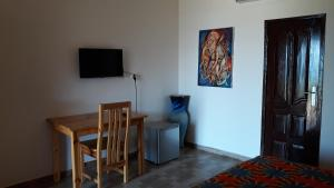 A television and/or entertainment center at Hotel Robinson Plage