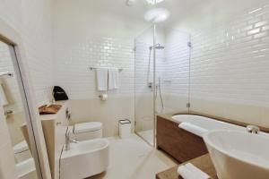 Ein Badezimmer in der Unterkunft Dome Hotel