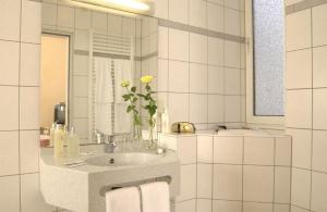 A bathroom at City Partner Hotel Strauss