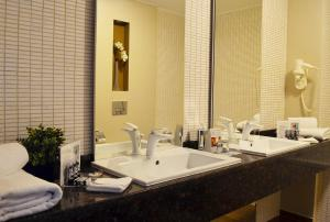 Ванная комната в Ramada Plaza Craiova