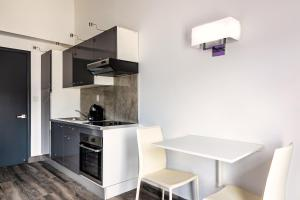 A kitchen or kitchenette at Commodore Suites