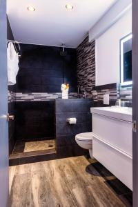A bathroom at Commodore Suites
